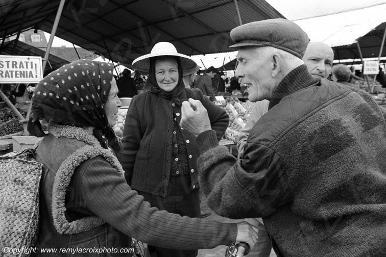 Discussion animée au marché de Sibiu,Roumanie